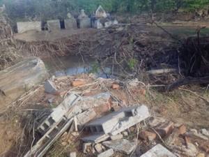 Enxurrada no Sul do Piauí atingiu cemitério em Dom Inocêncio (Foto: Maria das Mercês Oliveira)