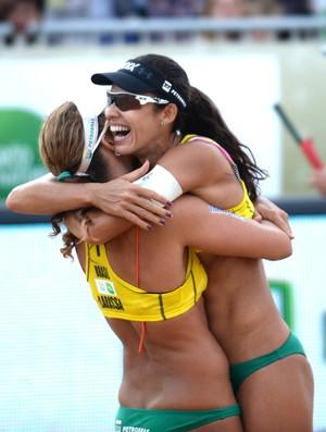 Talita e Larissa comemoram a vitória sobre as holandesas na final da etada da Polônia (Foto: Reprodução/FIVB)