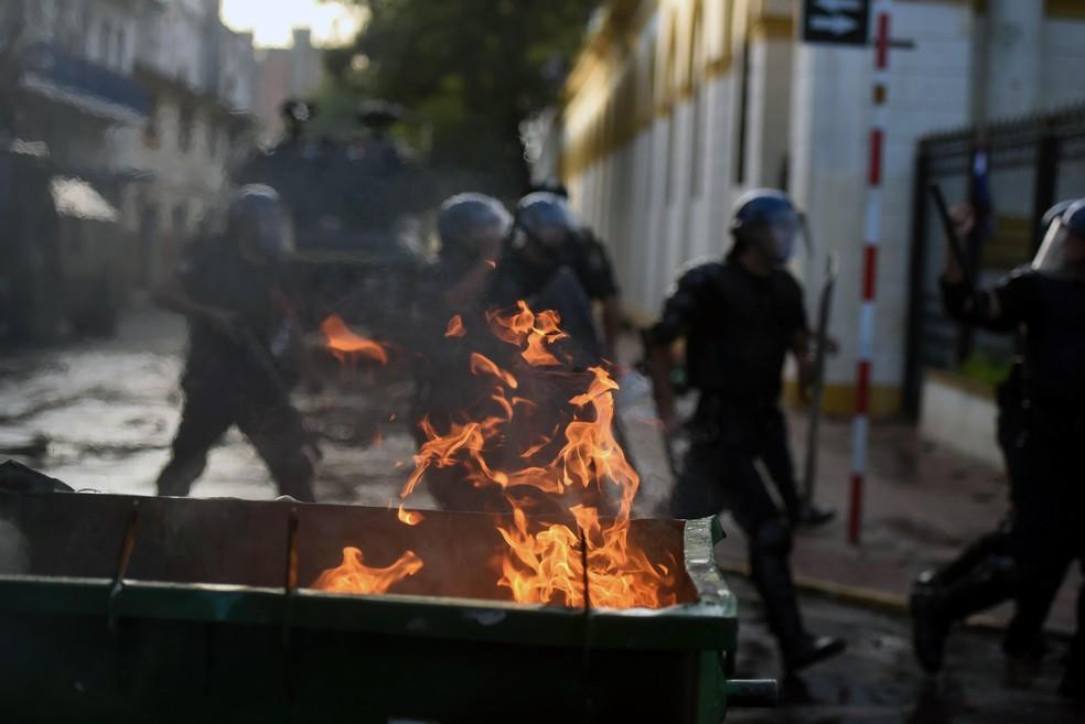 Manifestantes colocaram fogo em lixeira durante protesto contra a aprovação da reeleição presidencial no Paraguai (Foto: NORBERTO DUARTE / AFP)