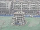 Sem acordo, prédio é deixado no meio de canteiro de obras na China