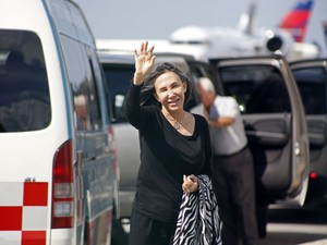 A atriz mexicana Florinda Meza, viúva de Roberto Gómez Bolaños, acompanhou o cortejo fúnebre desde Cancún. Antes de embarcar rumo à Cidade do México, ela acenou aos jornalistas e agradeceu o apoio dos fãs (Foto: AP Photo/Israel Leal)