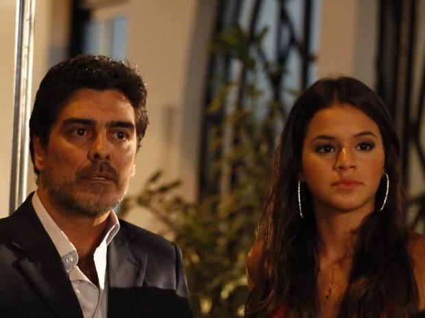 Santiago chega e se passa pelo pai do bebê (Foto: Salve Jorge/TV Globo)