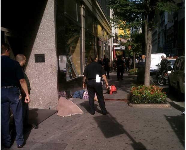 Imagem divulgada no Instagram mostra vítima do atirador na calçada (Foto: Reprodução)