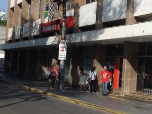 Home saía de agência quando foi abordado no centro de Piracicaba (Foto: Luiz Felipe Leite/G1)