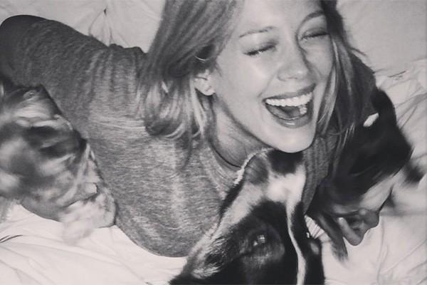 Hilary Duff adora cachorros desde que era criança - e hoje ela está passando o mesmo carinho pelos caninos para seu filhinho Luca. (Foto: Reprodução/Instagram)