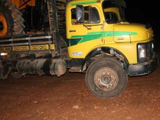 Moto atingiu parte lateral do caminhão (Foto: Renan Mendes/Eu amo Presidente Médici)
