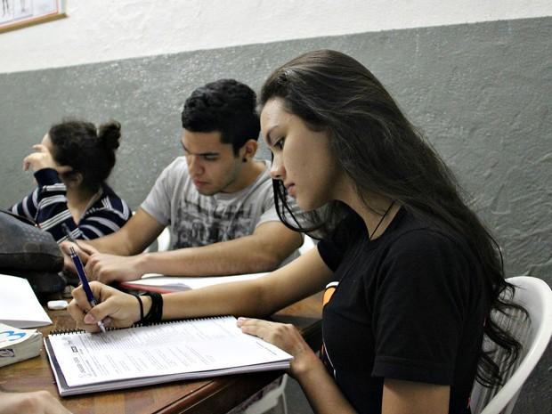 Refazer provas antigas é uma das dicas dos estudantes para combater o nervosismo (Foto: Gabriel Machado/G1 AM)