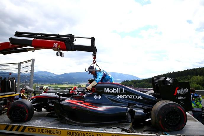 McLaren de Alonso também precisou ser retirada por um guindaste (Foto: Getty Images)