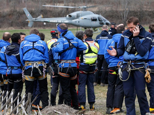 Policiais e alpinistas se preparam para embarcar durante trabalho de busca do avião Airbus A320 da Germanwings em Seyne, na região dos Alpes. A aeronave caiu com 150 pessoas a bordo (Foto: Jean-Paul Pelissier/Reuters)