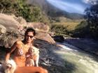 Raica Oliveira posa de biquíni com cachorros em cachoeira
