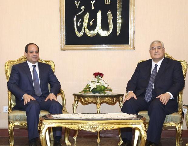 Sisi se encontra com o presidente interino Adly Mansour, durante cerimônia de tomada de posse do general neste domingo (8) (Foto: The Egyptian Presidency/Reuters)