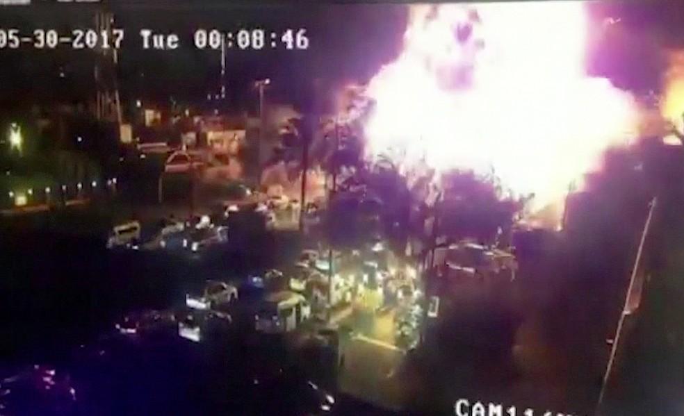 Imagem de câmera de segurança mostra primeira explosão perto de sorveteria em Bagdá, no Iraque (Foto: Reprodução/GloboNews)