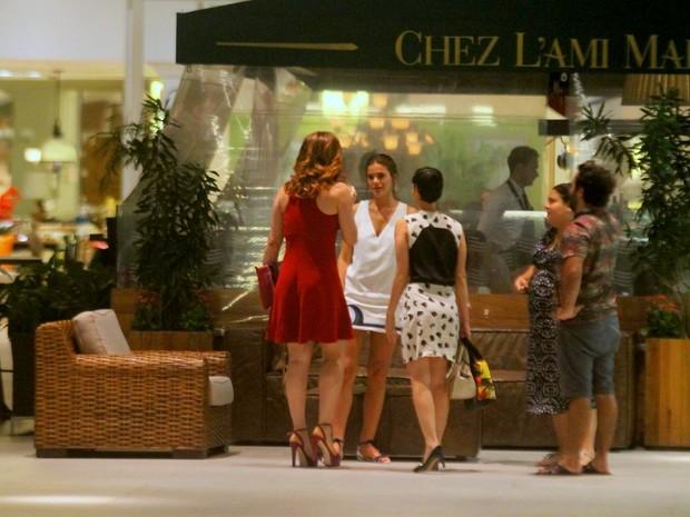Bruna Marquezine com Claudia Raia e Maria Flor em shopping na Zona Sul do Rio (Foto: Ag. News)
