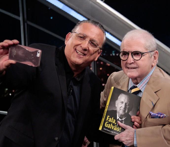 Galvão Bueno tira uma selfie com Jô Soares em gravação (Foto: Ricardo Martins/Programa do Jô)