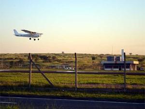 Avião pousa no Aeroporto Estadual Campos dos Amarais, em Campinas (Foto: Luciano Calafiori/G1 Campinas)