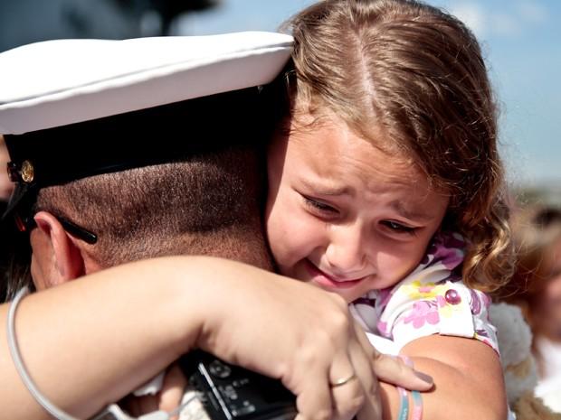 Filha se emociona ao reencontrar pai (Foto: Rudy Trindade / Frame / AE)