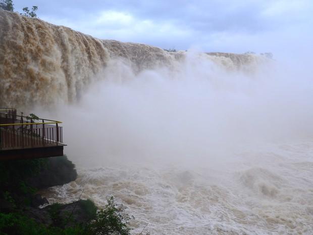 Por volta das 12h, vazão nas Cataratas do Iguaçu ultrapassou os 8,4 milhões de litros de água por segundo, quase seis vezes o volume normal (Foto: Cataratas do Iguaçu S.A. / Divulgação)