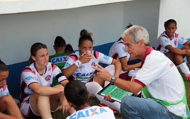 Técnico Douglas Onça passa instruções para as meninas da Ferroviária (Foto: Divulgação/ Ferroviária)