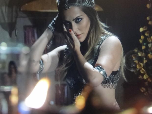 Bianca faz a turca e arrasa na dança! (Foto: Salve Jorge/TV Globo)