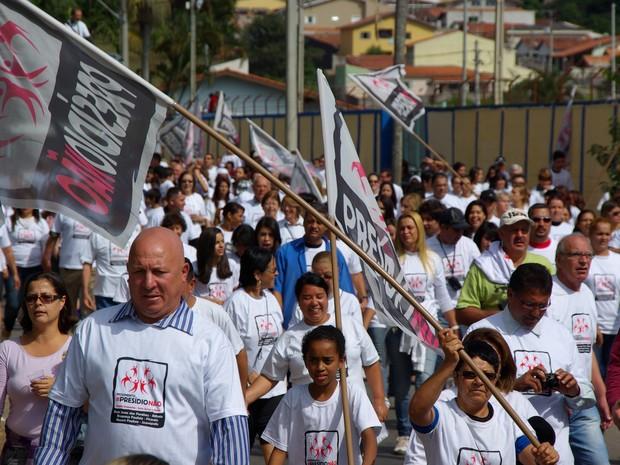 Protesto constra a instalação de presídio reúne moradores de Bom Jesus dos Perdões neste domingo (19). (Foto: Eduardo Marcondes/TV Vanguarda)