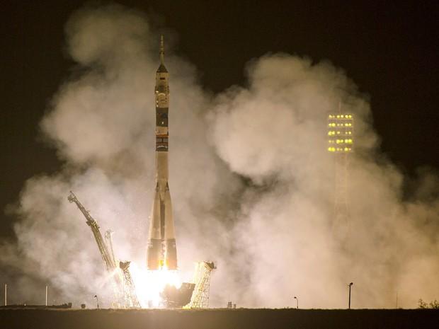 O foguete Soyuz TMA- 14M é lançado no Cosmódromo de Baikonur, no Cazaquistão (Foto: Joel Kowsky/AP Photo/NASA )