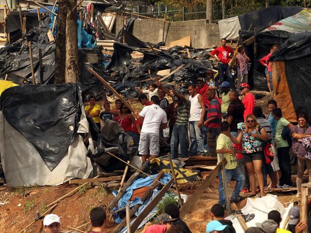 """Integrantes do Movimento dos Trabalhadores Sem Teto (MTST) desocupam um terreno em Itaquera, zona leste da capital, conhecido como """"Copa do Povo"""" durante a manhã deste domingo (Foto: Rafael Arbex/Estadão Conteúdo)"""