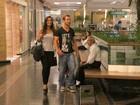 Carol Nakamura passeia de mãos dadas com o namorado em shopping
