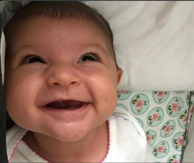 A pequena Nina, filha de Carol Castro, em clique sorridente feito pela mamãe coruja (Foto: Reprodução Instagram)