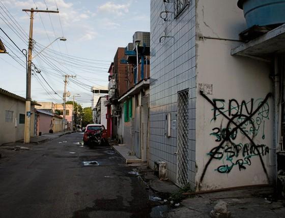 Marca da facção no bairro Parque dez de Novembro,em Manaus.A organização domina o tráfico de drogas no Amazonas (Foto:  Alberto César Araújo/ÉPOCA)