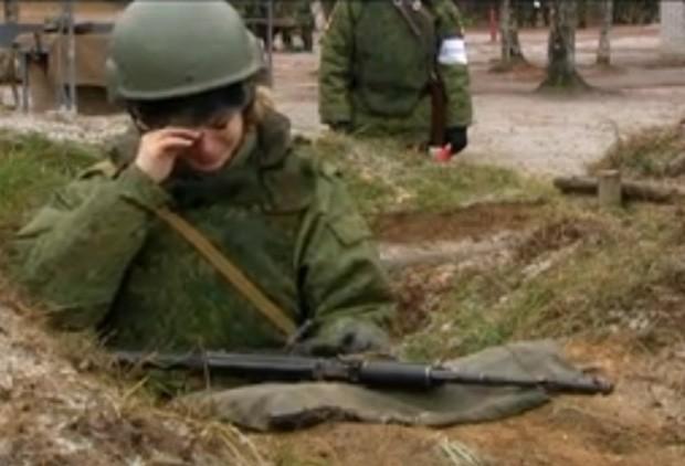 Vera Kirienko chorou durante reportagem após levar susto enquanto disparava rifle (Foto: Reprodução/VKontakte/Vera Kirienko)