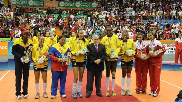 Jogadoras de vôlei ganham pisco e chocotejas (Foto: Divulgação/CBV)