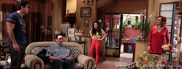 Momentos depois, Márcia pede que Carlito não comente nada sobre o desmemoriado (Foto: Amor à Vida / TV Globo)