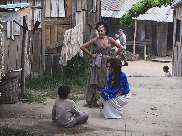 Isabel visita o morro e acaba encontrando Elias (Foto: Lado a Lado / TV Globo)