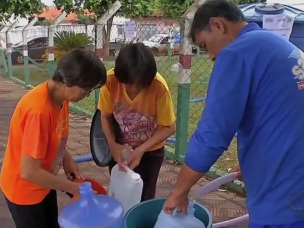 Moradores de Tangará da Serra tem buscado ajuda para ter água em casa (Foto: Reprodução/TVCA)