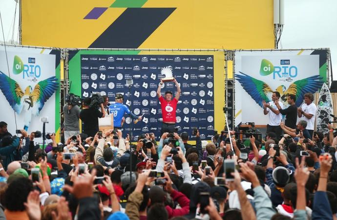 John John Florence ergue troféu de campeão do Rio Pro (Foto: Divulgação/WSL)