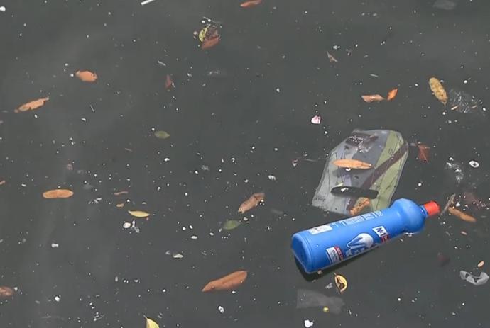Poluição Baía de Guanabara; Olimpíadas 2016 (Foto: Reprodução SporTV)