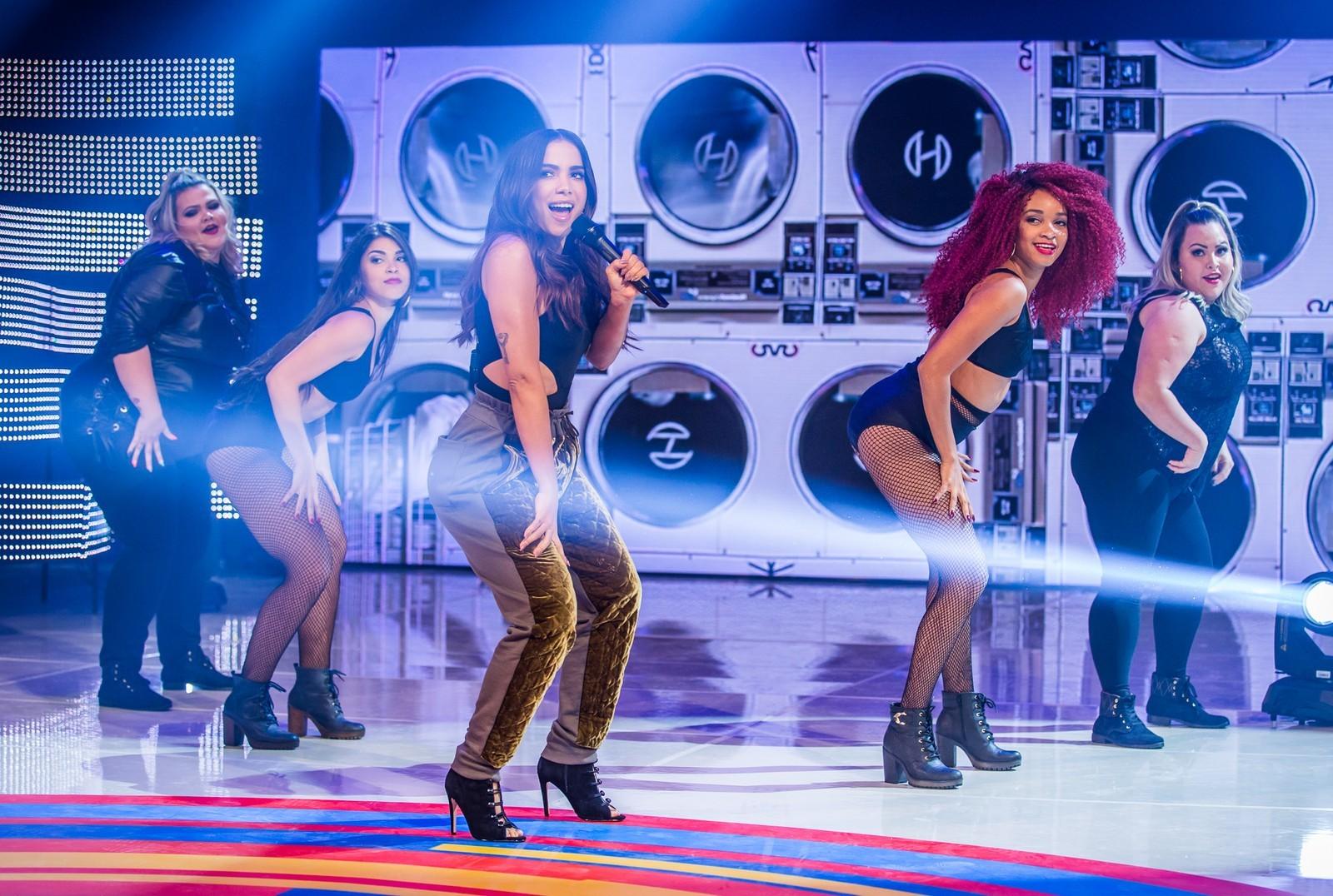 Anitta e suas novas bailarinas plus size (Foto: TV Globo/Divulgação)