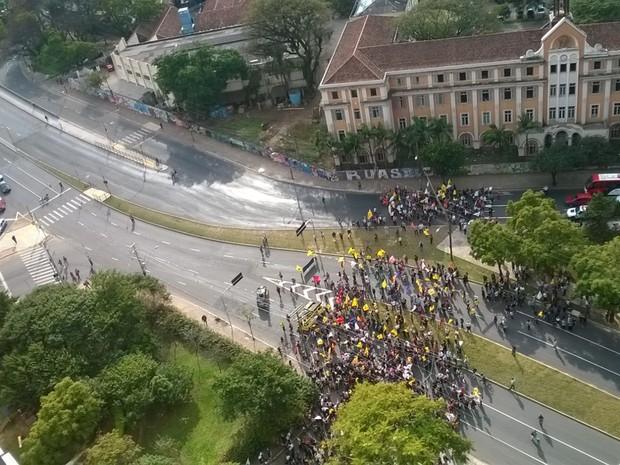 Manifestantes deixam o Centro Administrativo em direção à Avenida Borges de Medeiros em Porto Alegre (Foto: Rafaella Fraga/G1)