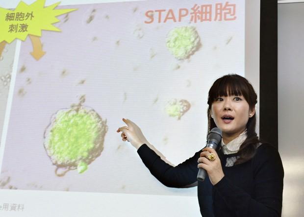 Em foto de 28 de janeiro, Haruko Obokata apresenta seu estudo sobre um novo método de obtenção de células-tronco pluripotentes; os resultados de seu trabalho estão sendo questionados  (Foto: AP Photo/Kyodo News)