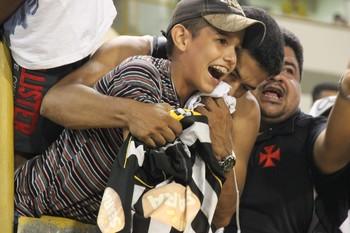 Caju, do Santos, entrega camisa para torcedor na Arena da Floresta (Foto: João Paulo Maia)