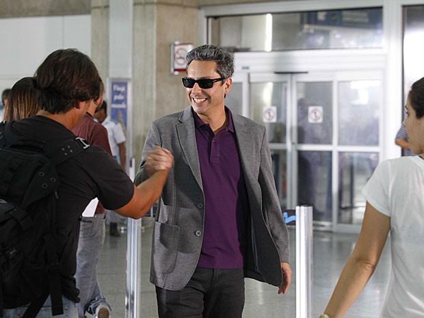 Simpático, Alexandre Nero cumprimenta os fãs (Foto: Salve Jorge/TV Globo)