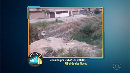 Morador de Ribeirão das Neves reclama de cratera após chuva derrubar ponte