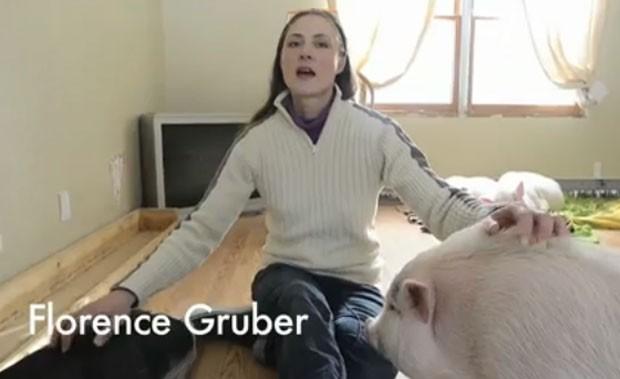 Florence Gruber tem até 22 de janeiro para remover os suínos de sua casa  (Foto: Reprodução)