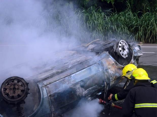Bombeiros controlam incêndio de carro na Avenida do Contorno (Foto: Antônio Augusto/Arquivo Pessoal)