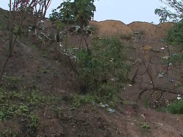Moradores do bairro Salinas do Sacavém temem desabamento de barranco após chegada da chuva em São Luís (MA) (Foto: Reprodução/TV Mirante)