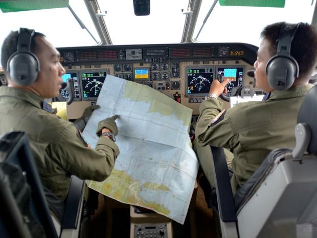 Piloto mostra mapa durante buscas por avião da AirAsia (Foto: Reuters)