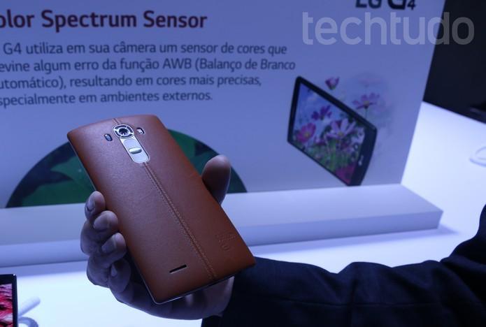 LG G4 tem o corpo curvo e vem com acabamento em couro na parte traseira (Foto: Nicolly Vimercate/TechTudo)