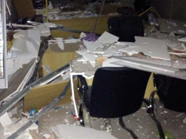 Após explosão, banco em Curiúva ficou destruído (Foto: Polícia Militar/Divulgação)