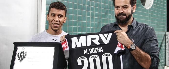 Marcos Rocha recebe homenagem de Daniel Nepomuceno (Foto: Bruno Cantini/Flickr do Atlético-MG)