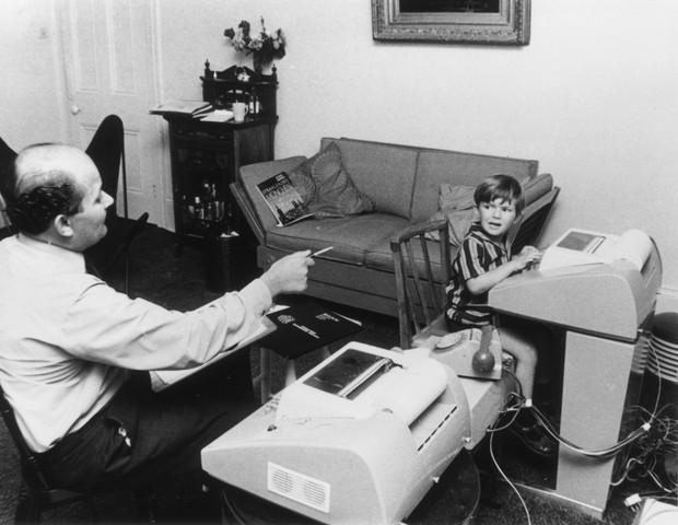 Pai e filho no computador (Foto: getty images)